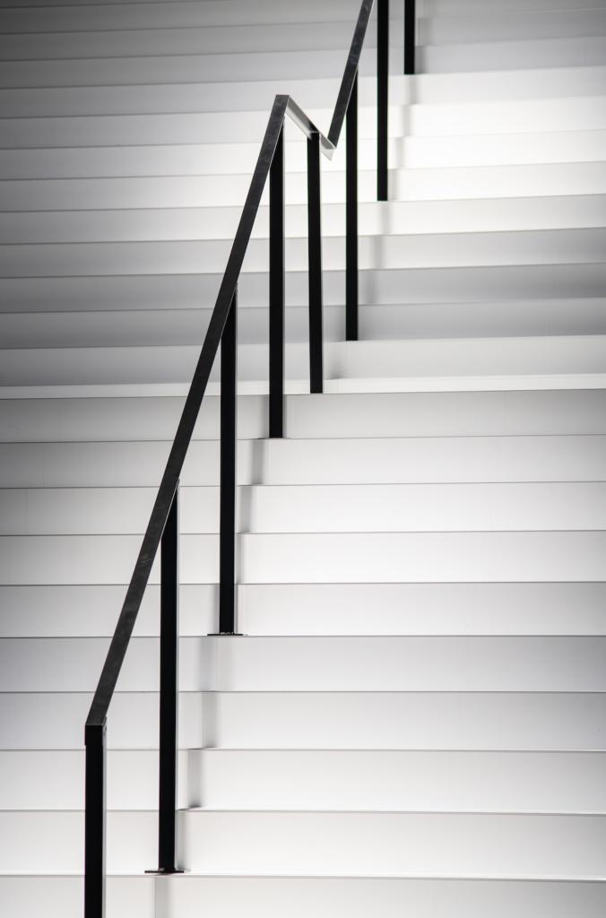PR und Kommunikation - weiße Treppe mit schwarzem Geländer