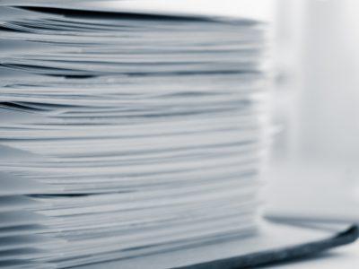Papiere geheftet in einem Aktenordner - Medien und Presse